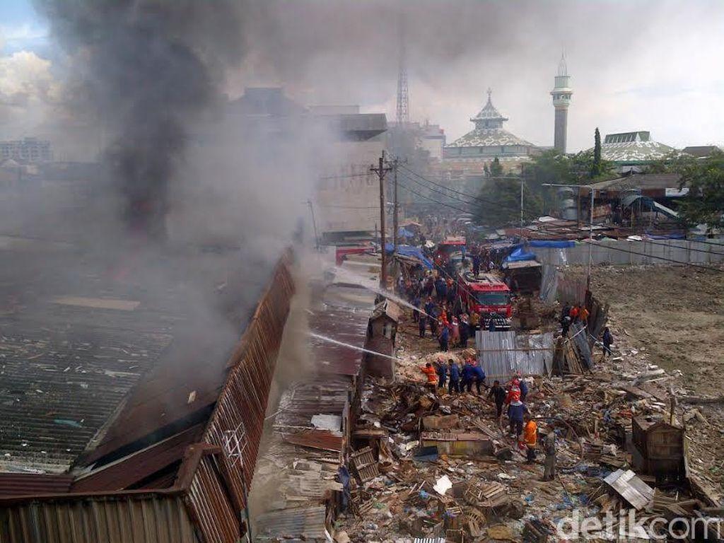 Pemadaman Api di Pasar Kanjengan Semarang Terkendala Teralis Besi di Jendela