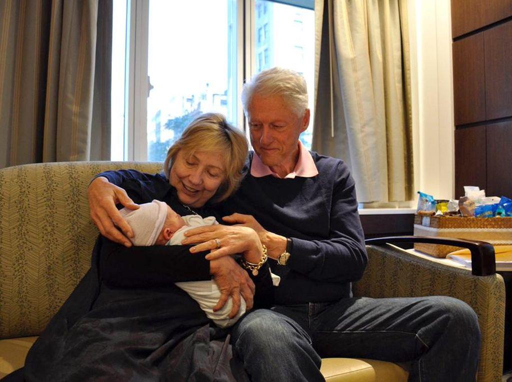 Foto: Kemesraan Bill & Hillary Clinton Saat Menimang Cucu Baru