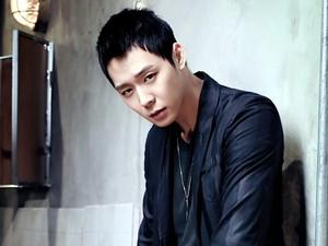 Beredar Foto-foto Mesra Park Yoochun JYJ dan Tunangannya