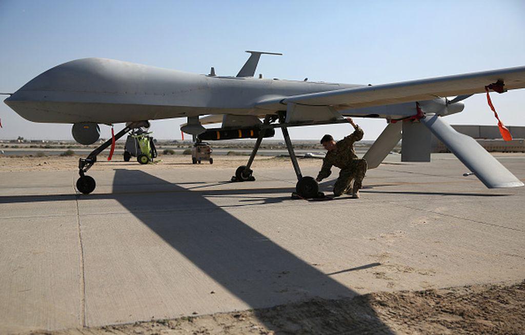 Tentara yang sedang memeriksa drone