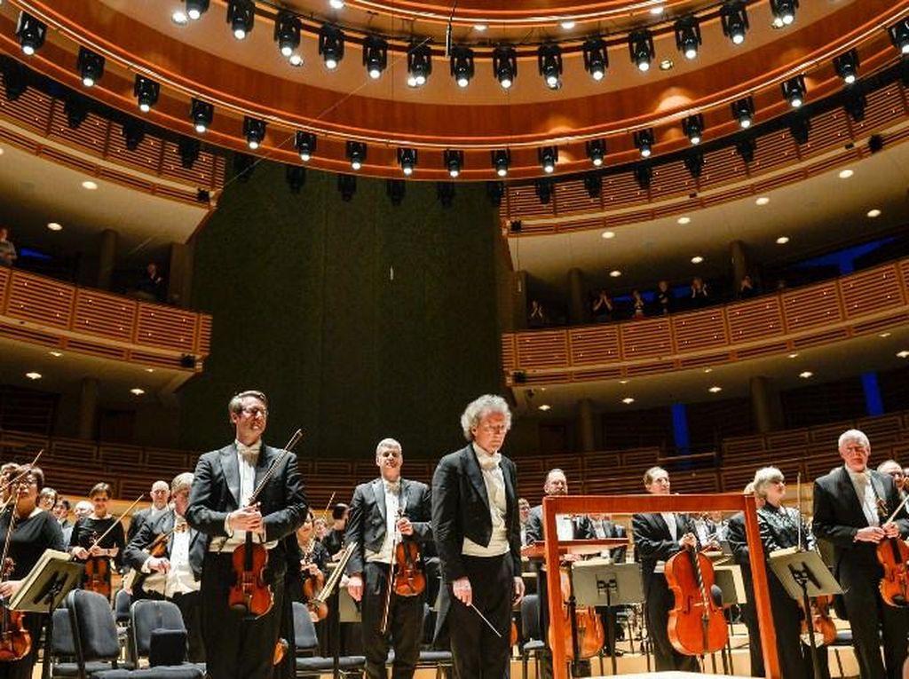 Grup Orkestra Bela-belain Tonton Hongaria di Tengah Opera