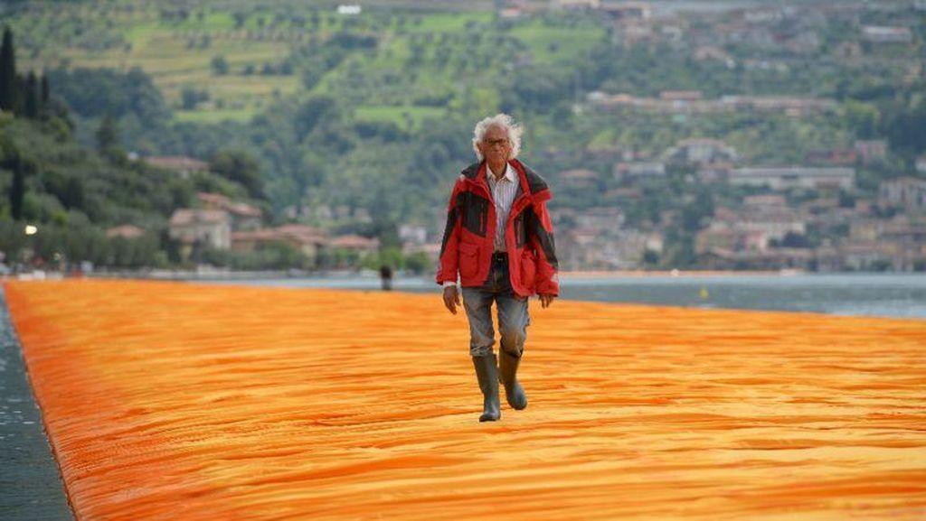Aksi Fenomenal Seniman Bulgaria Jalan di Atas Air