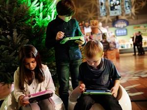 Cara Menyikapi Anak yang Ogah Lepas dari Gadget
