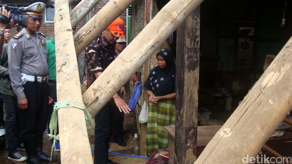Ganjar Kunjungi Korban Banjir Bandang Banyumas