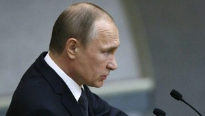 Putin Bercanda Akan Tawarkan Suaka ke Bos FBI yang Dipecat Trump