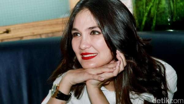 Bibir Merah Menyala Luna Maya