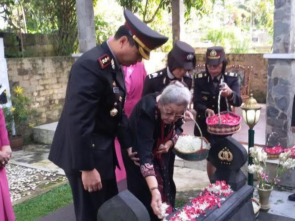 Polres Depok Ziarah ke Makam Jenderal Hoegeng