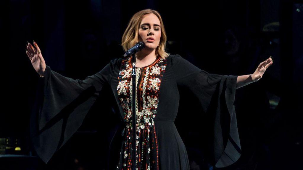 Adele Tak Dikenali Saat Tampil ala Jim Carrey di Film The Mask