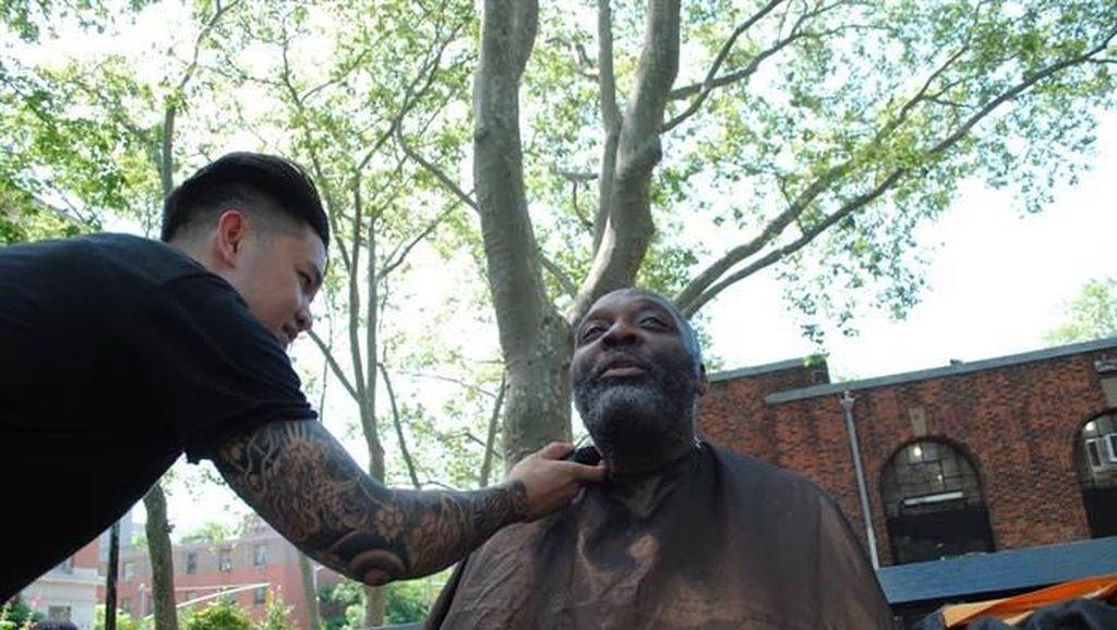 Inspiratif, Hairstylist Selebriti Ini Rutin Potong Rambut Tunawisma Secara Gratis