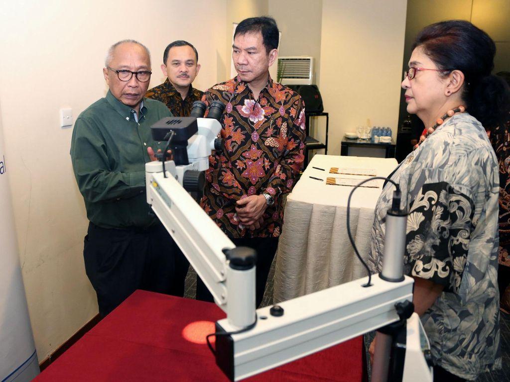Astra Serahkan 2 Mikroskop Bedah Portabel untuk Papua