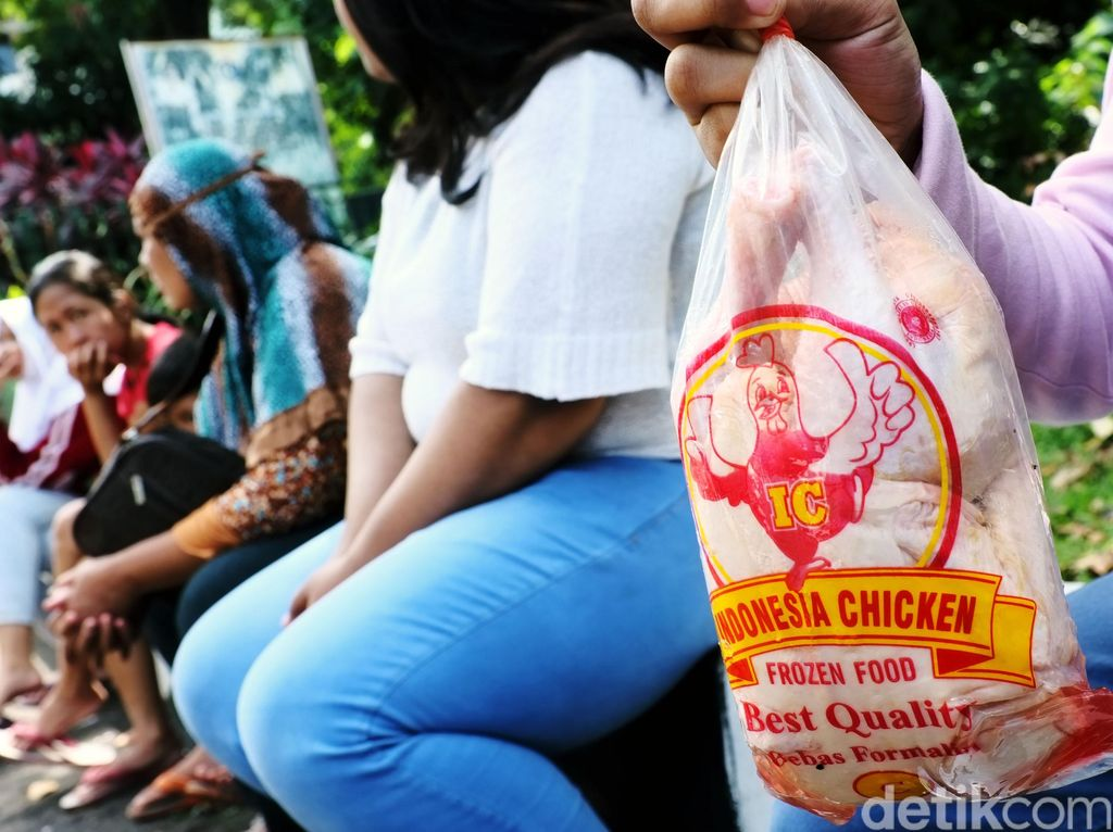 Warga Pasar Minggu Antre Daging Murah