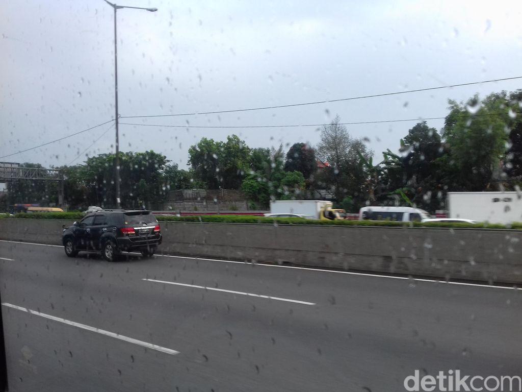 Pagi ini Volume Kendaraan di Ruas Tol Arah Jakarta Mulai Berkurang