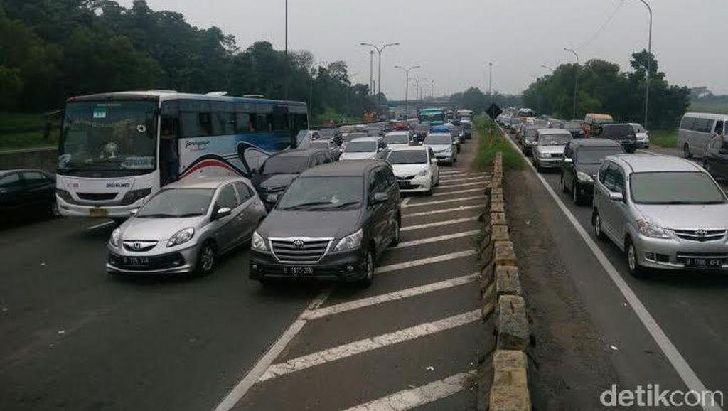 Imbas Bahu Jalan Amblas di KM 17, Lalin Jakarta-Cikampek Makin Padat