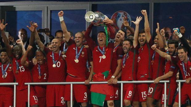 Ronaldo juga yang megantar <a href='https://uzone.id/tag/portugal' alt='Portugal' title='Portugal'>Portugal</a> untuk kali pertama juara Piala Eropa pada 2016.