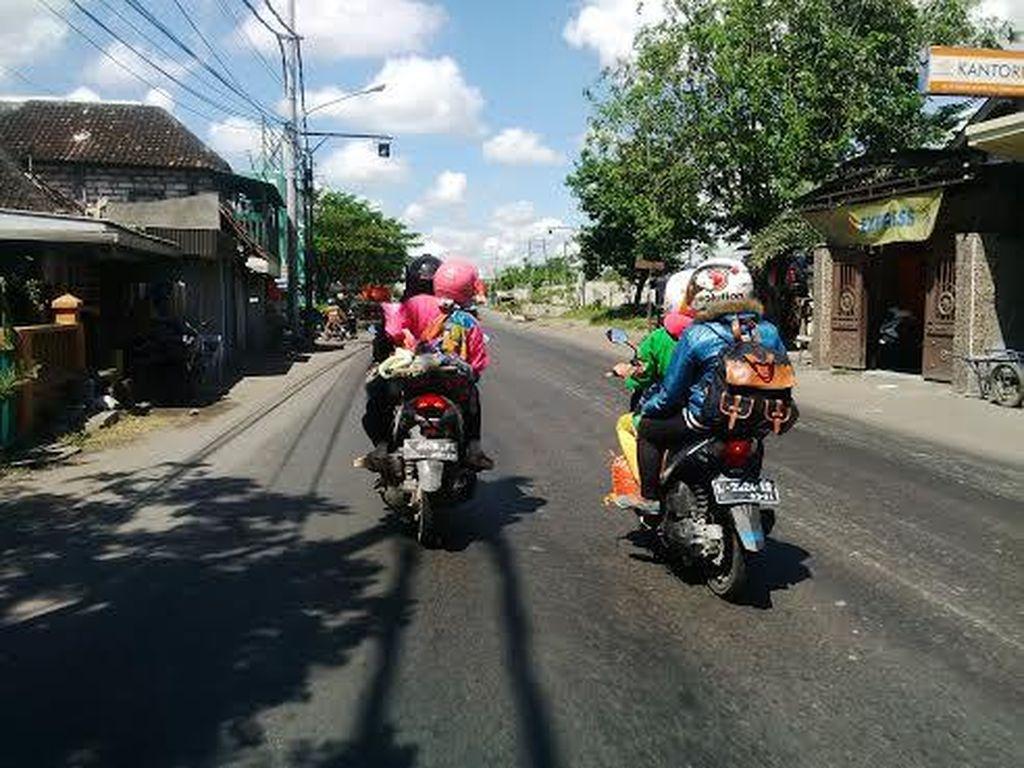 Pemudik Bermotor Masih Penuhi Jalan Menuju Surabaya