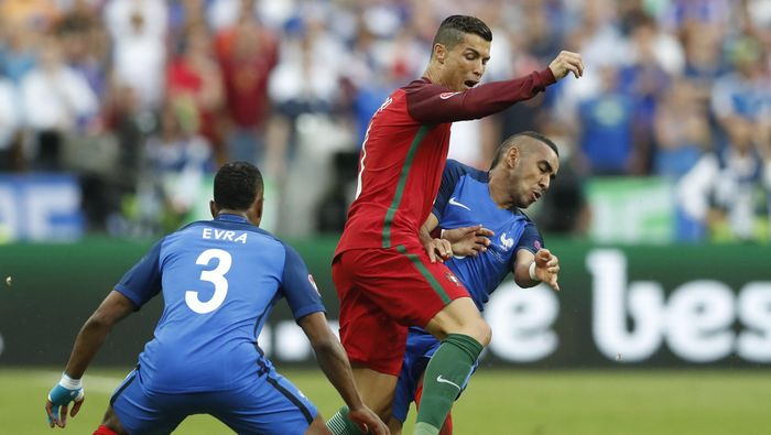 Football Soccer - Portugal v France - EURO 2016 - Final - Stade de France, Saint-Denis near Paris, France - 10/7/16 Portugals Cristiano Ronaldo is challenged by Frances Patrice Evra and Dimitri Payet  REUTERS/Carl Recine Livepic