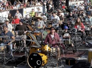 Seru! Lebih dari 100 Orang Main Drum Bareng di Latvia