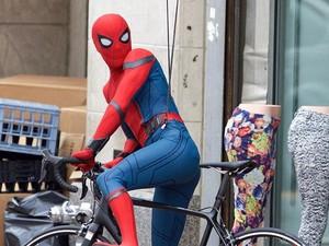 Melihat Spider-Man Naik Sepeda di Jalanan Atlanta