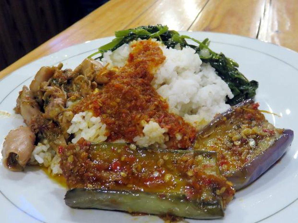 Makan Nasi Campur Aneka Lauk di 4 Tempat Bernuansa Nyaman Ini