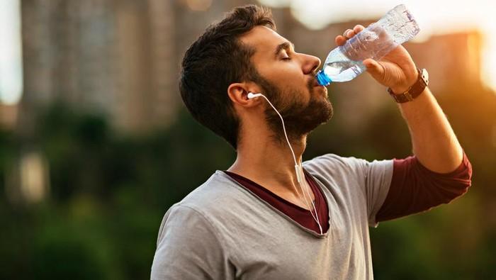 Manusia mengonsumsi 52 ribu partikel mikroplastik selama setahun. Foto: iStock