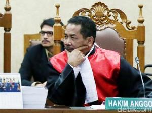 Hakim Binsar Tanya Psikolog Soal Penyebab Gelisah Jessica Saat Menunggu Mirna