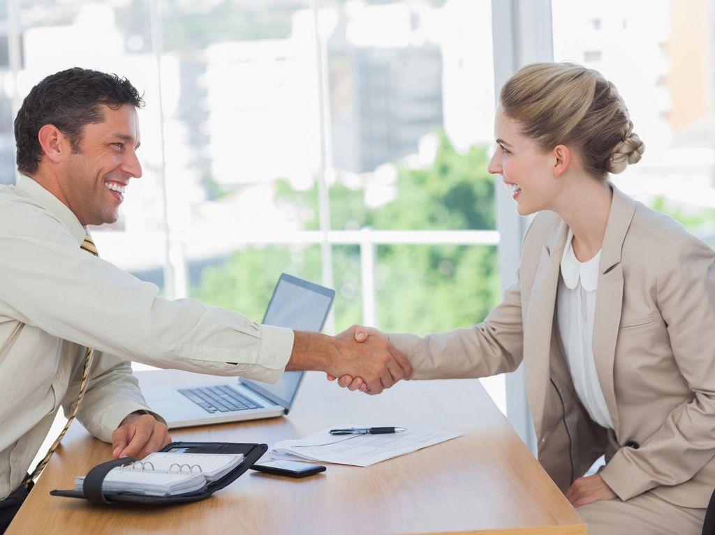 8 Cara Berjabat Tangan yang Bisa Menunjukkan Karakter Asli Kamu