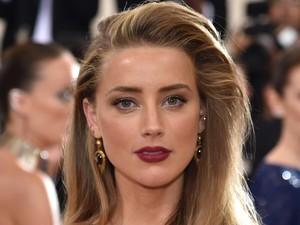 Mengaku Biseksual, Karier Amber Heard Sempat Jatuh