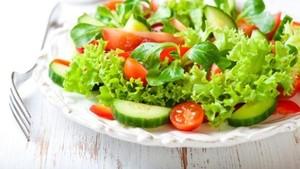 Makan Sayur Mentah Lebih Menyehatkan? Ini Kata Dokter