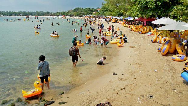 Wisatawan berwisata di Pantai Bandengan Jepara, Jateng, Sabtu (16/7). Obyek wisata pantai berpasir putih tersebut menjadi salah satu unggulan tujuan wisata di Kabupaten Jepara. ANTARA FOTO/R. Rekotomo/ama/16.