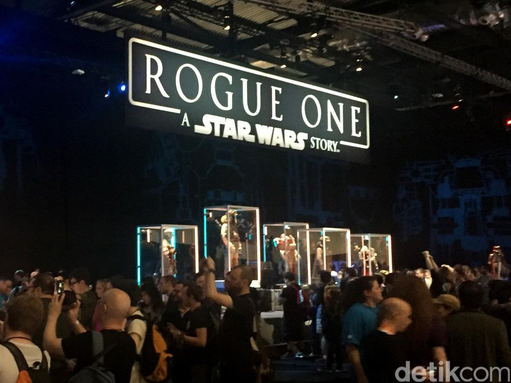 Ratusan Fans Rela Antre Demi Lihat Kostum Rogue One: A Star Wars Story