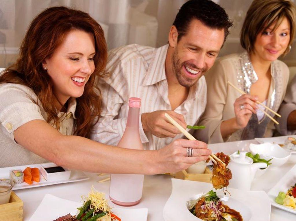Diajak Makan di Luar Rumah Saat Sedang Program Turun Bobot? Begini Triknya