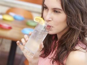 Efek Tak Terduga yang Bisa Anda Alami Jika Terlalu Sering Minum Air Es