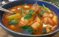 Tom yam dengan paduan udang sampai seafood yang hangat menyegarkan.