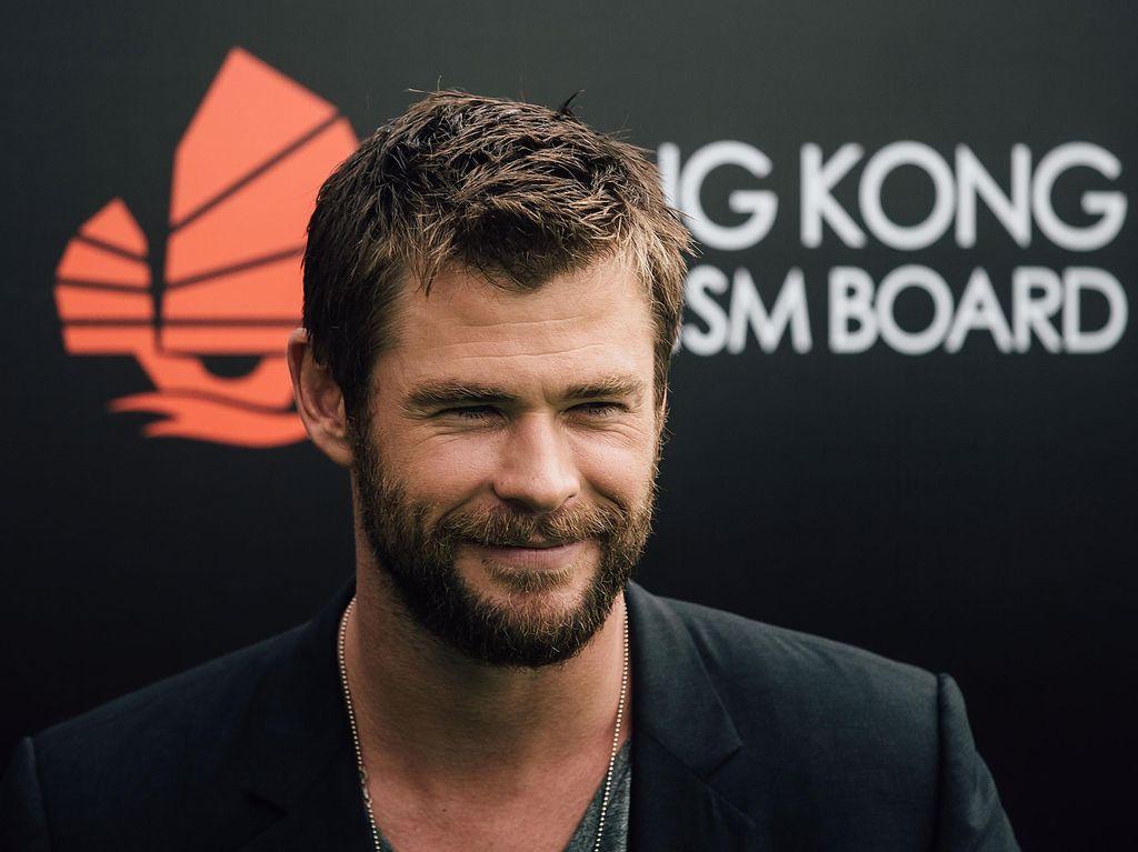 Begini Gaya Si Tampan Chris Hemsworth Saat Masak dan Makan!