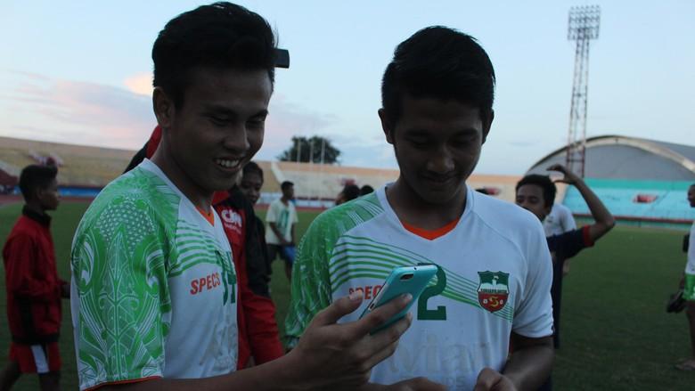 Demam Pokemon Go Melanda Dua Pemain Surabaya United Ini