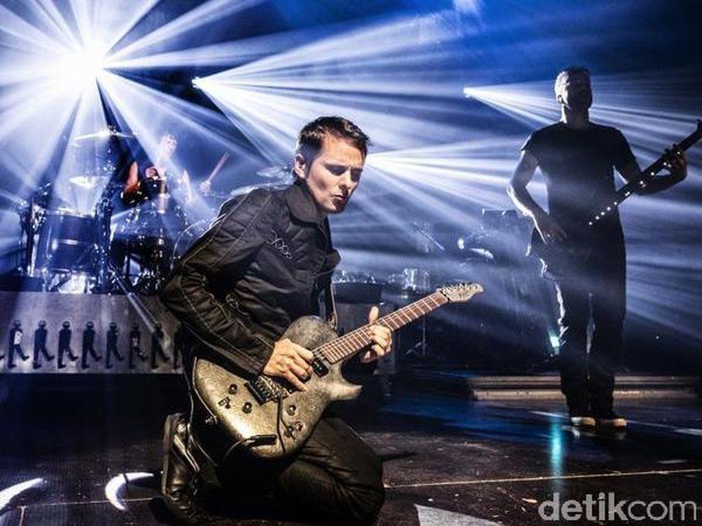Sangar! 5 Band Ini Doyan Hancurkan Alat Musik saat Manggung