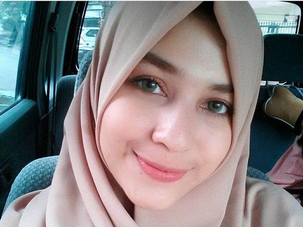 Foto: Gaya Hijab Simpel Si Cantik Mona Rizqia, Putri Pelawak Kadir