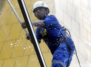 Musim Hujan, Pekerja Pembersih Kaca Kerja Esktra