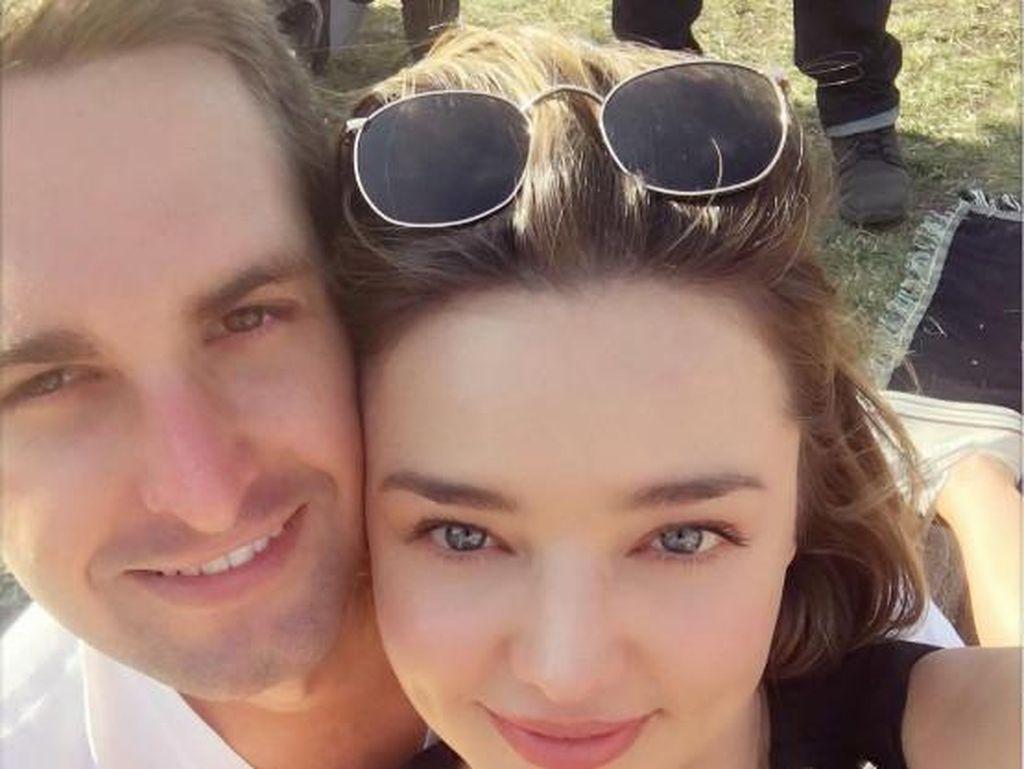 Lengketnya Bos Snapchat dengan Miranda Kerr