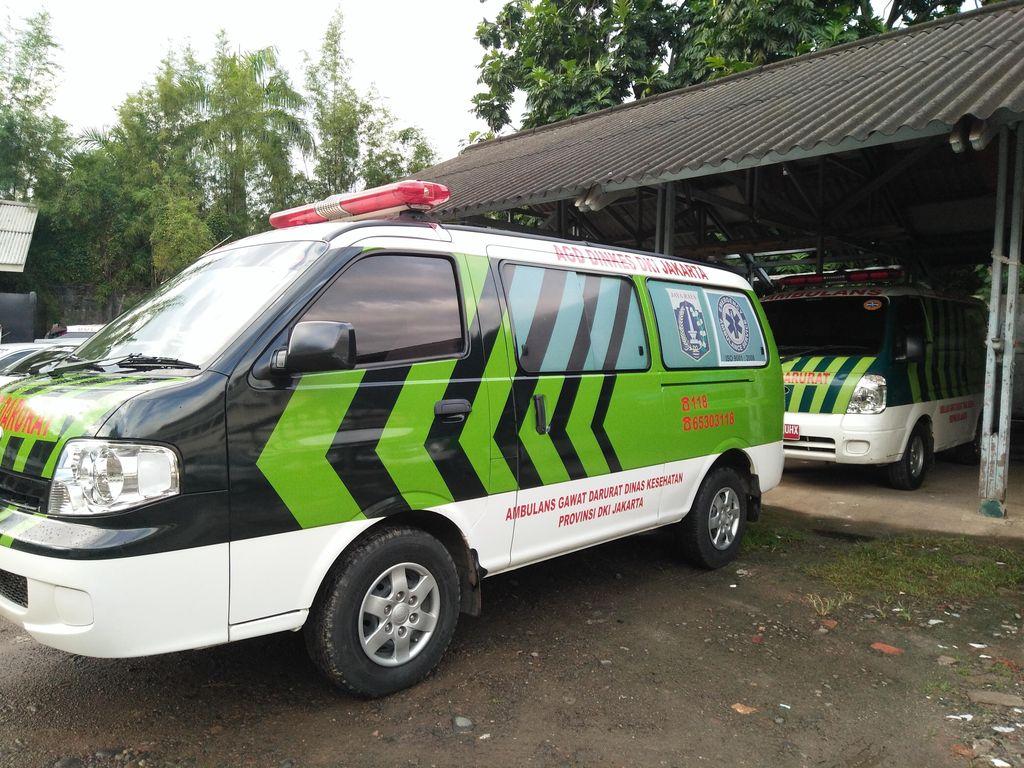 Begini Cara Relawan Bermotor Memandu Mobil Ambulans
