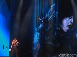 Konser Revival Tour Bernuansa Latin dan <i>Pop Dance</i> Selena Gomez