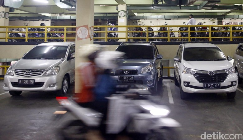 Pembatasan kendaraan ganjil-genap di Jakarta direncanakan mulai diterapkan pada akhir Juli mendatang. Kantong-kantong parkir pun tengah disiapkan.