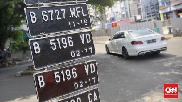 Ilustrasi Plat Nomor Kendaraan Bermotor di Jalan Petogogan, Jakarta Selatan, Selasa (26/72016). CNN Indonesia/Djonet Sugiarto