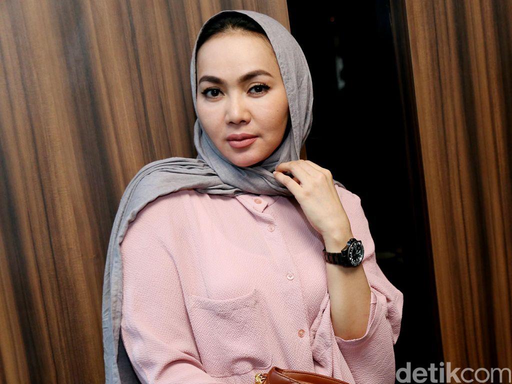 Dewi Gita Menangis Saat Tahu Gisel Gugat Cerai Gading Marten