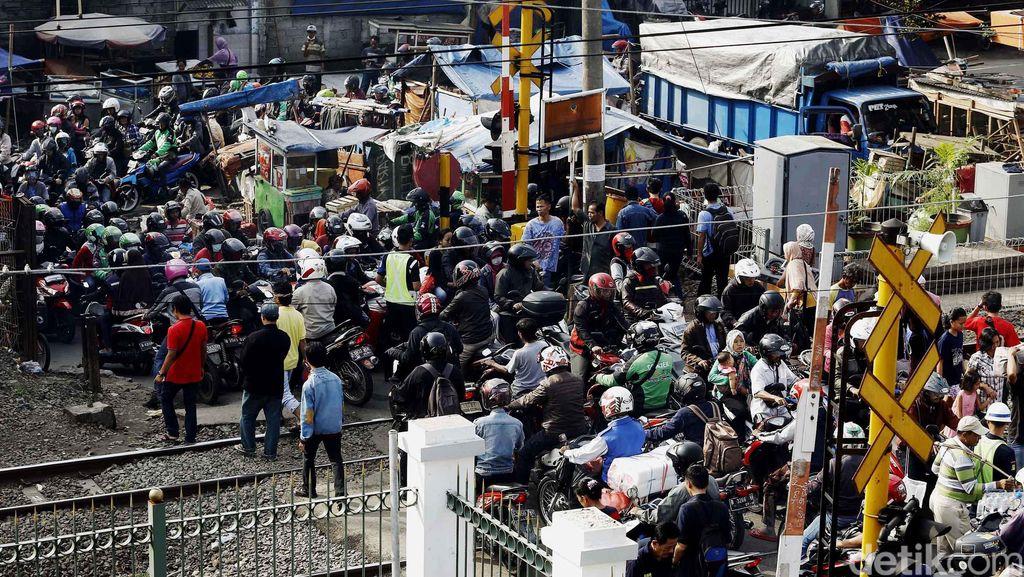 Sepeda Motor Sesaki Perlintasan KA Pasar Minggu