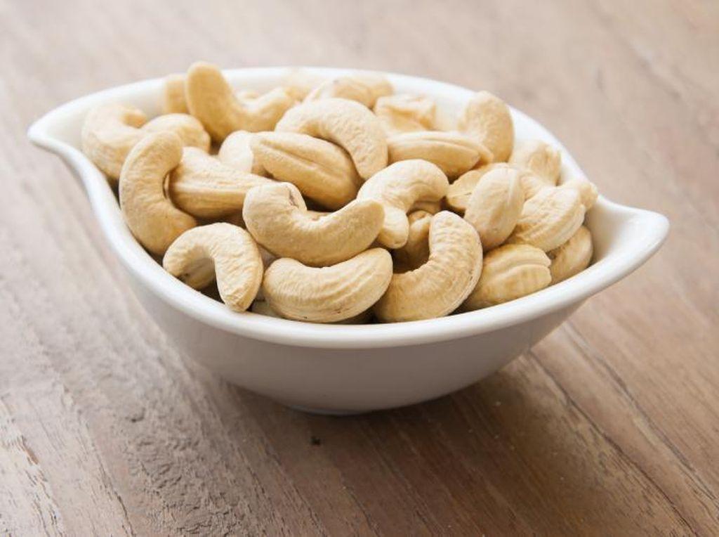 Ngemil Kacang Mete yang Gurih Enak dan Dapatkan 6 Manfaat Sehat Ini