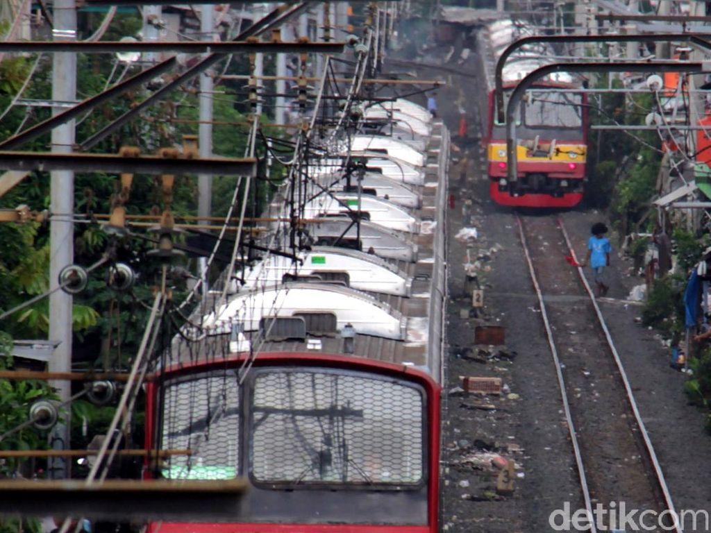 Jalur KRL di Stasiun Jatinegara Terganggu Karena Angin Kencang