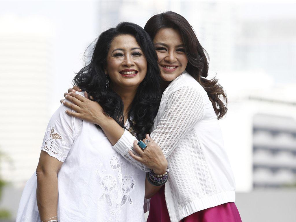 Hubungan Unik Dellie Threesyadinda dan Mama: Jadi Teman dan Lawan