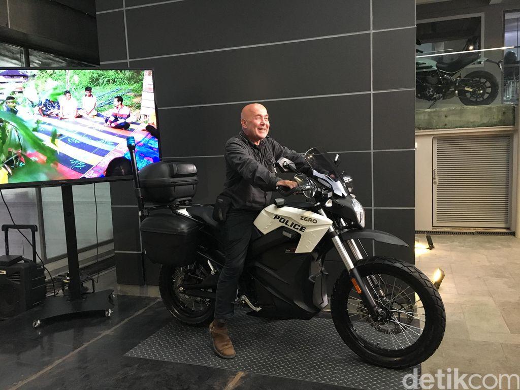Bule Ini Siap Keliling Indonesia Pakai Motor Listrik