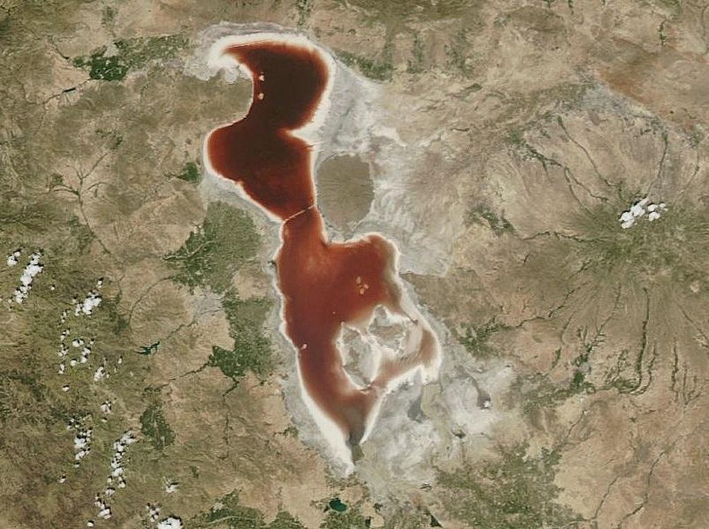 Danau Berwarna Merah Darah di Iran